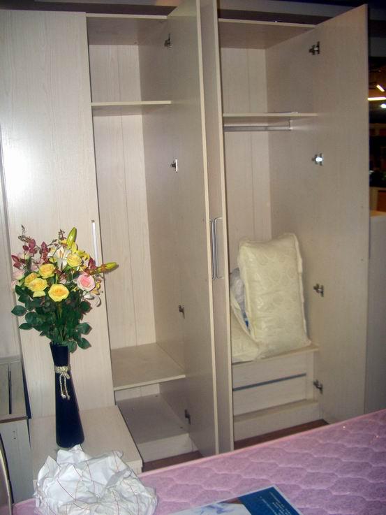 上图:四门衣柜内部-衣柜